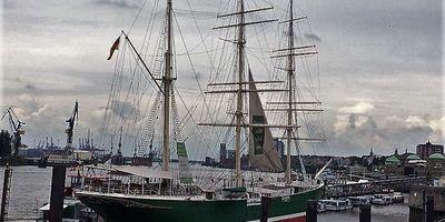 Hamburger Hafen und St. Pauli-Landungsbrücken in Hamburg
