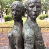 »Sitzendes Paar« Bronzeplastik von Carin Kreuzberg in Berlin
