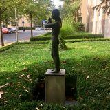 »Flötenspielerin« Bronzeplastik von Lore Plietzsch in Berlin