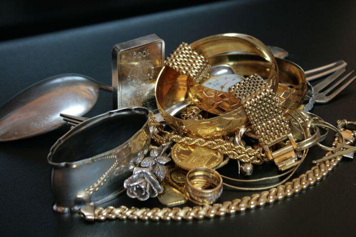 Gold Ankauf vor Ort in Schweinfurt. Das Gold Institut bietet den Gold Ankauf sowie den Verkauf von Gold, Uhren und Schmuck an. Als Tochterunternehmen der Schatzinsel GmbH, die bereits von Peter Drews in Schweinfurt gegründet wurde, ist das Gold Institut in Schweinfurt und .