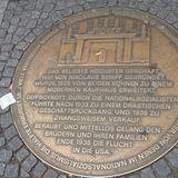 """Erinnerungszeichen """"vergessene Nachbarn"""" am ehem. Standort des Kaufhauses """" Schiff"""" in Höchst in Frankfurt am Main"""