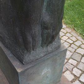 »Großer trauernder Mann« - Den Opfern des 13. Februar 1945 gewidmet, Plastik von Wieland Förster in Dresden