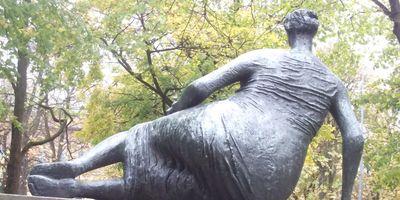 große Liegende - Draped Reclining Woman vor der Neuen Pinakothek. in München