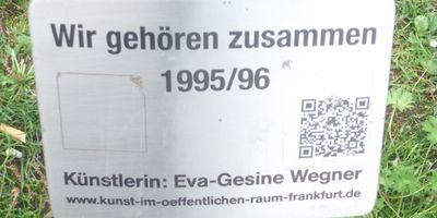 """Sandsteinfigur """"Wir gehören zusammen"""" (""""Ein Glücksgott für Frankfurt!"""") / Obermain-Anlage in Frankfurt am Main"""
