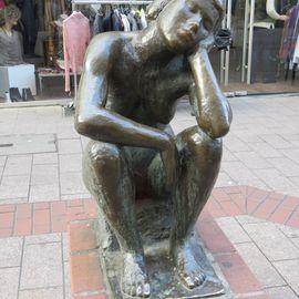 Bild zu Die Hockende - Skulptur in Duisburg