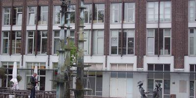 """Brunnen """"Die Lesende"""" am Hirschlandplatz (von Reinhard Kleinhans) in Essen"""
