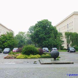 Bild zu Bronze-Skulptur »Weltkugel« in Eisenhüttenstadt