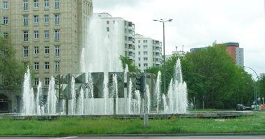 Brunnen »Schwebender Ring« am Strausberger Platz in Berlin